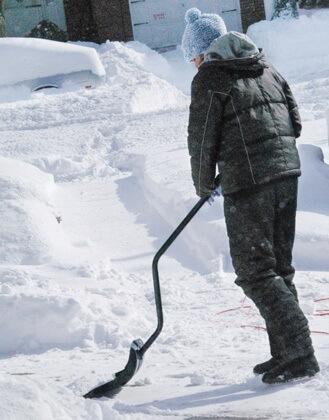 Sneeuwschep met gebogen steel