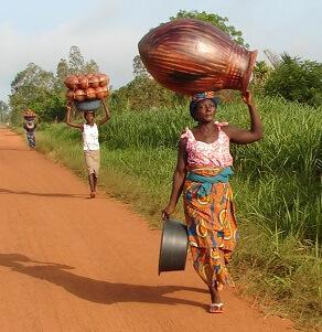 Afrikaanse vrouw met gewicht op het hoofd