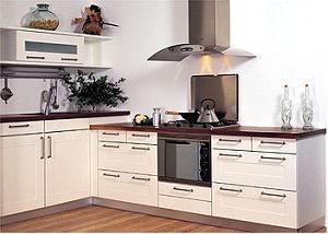 Keuken met twee verschillende aanrechthoogtes voor het droge en natte deel.