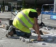 Kniesteun tijdens straten leggen