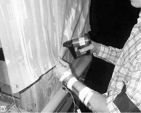 Aanspannen van bekleding met de hand vraagt veel kracht tijdens de meubelproductie.