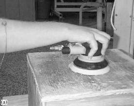 Een schuurmachine stabiliseren met de blote hand vraagt veel kracht.