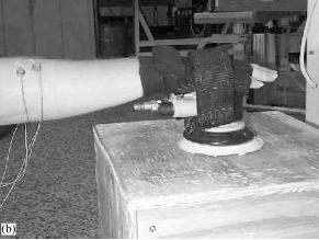 Een schuurmachine met brace vermindert de kracht en ondersteunt de hand tijdens de meubelproductie.