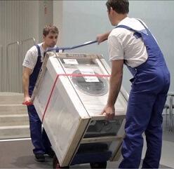 Wasmachine met steekwagen op trap trekken