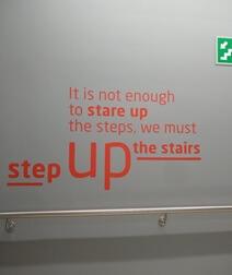 Motiverende tekst in trappenhal