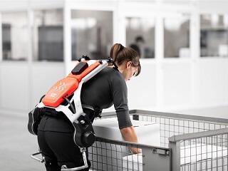 Actief exoskelet dat extra kracht geeft bij het oprichten van de romp