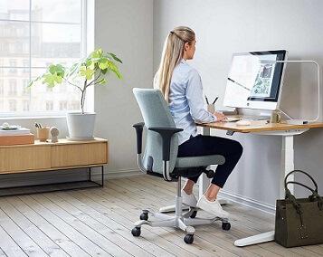 Thuiswerken op een bureaustoel en op een groot scherm.