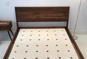 Plank met gaten zodat de matras wat kan ademen.