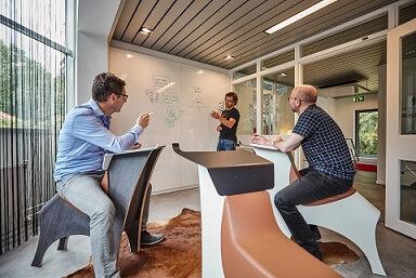Hybride kantoor van de toekomst met flexibele of polyvalente ruimtes.